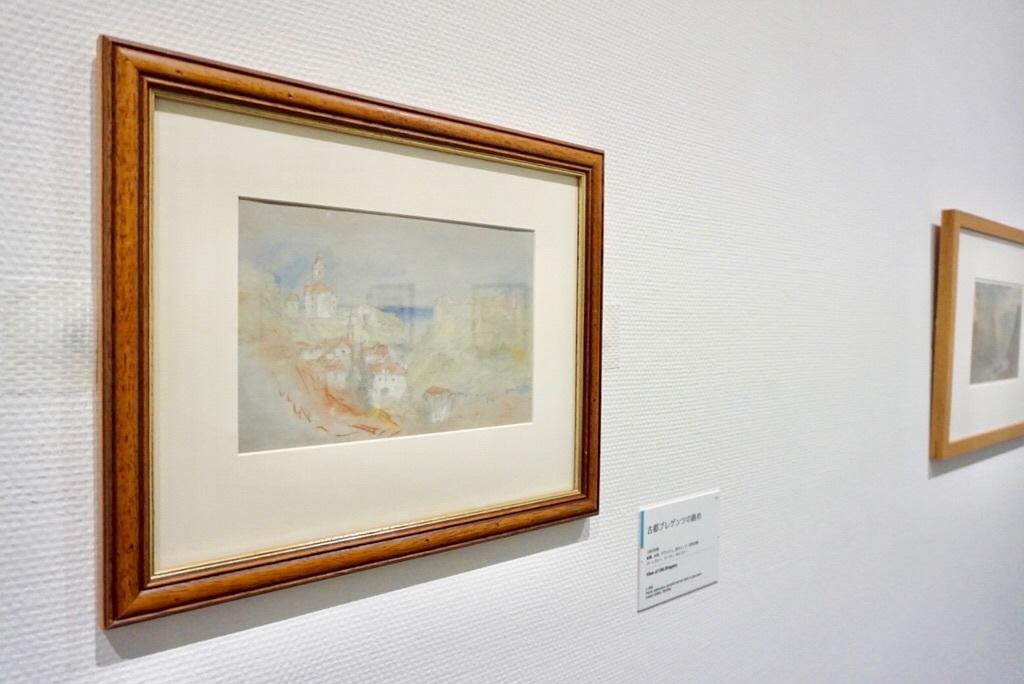《古都ブレゲンツの眺め》 1840年頃 鉛筆、水彩、グワッシュ、赤チョーク・灰色の紙 バーンズリー、クーパー・ギャラリー Courtesy of the Trustees of the Cooper Gallery, Barnsley, England