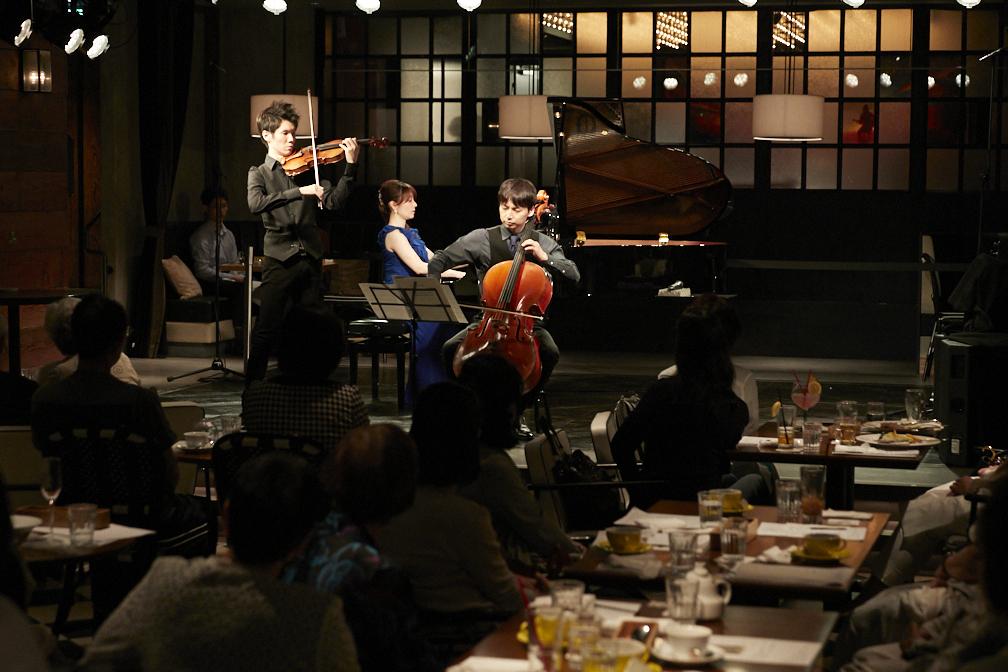清水泰明(ヴァイオリン)、西谷牧人(チェロ)、新居由佳梨(ピアノ)