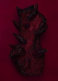岡本太郎にオマージュ捧げる舘鼻則孝『呪力の美学』展、新作シューズも