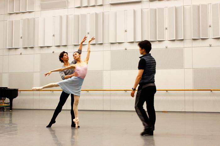 2幕のパドドゥのリハーサル。指導はプリンシパル兼バレエマスターの菅野英男さん 撮影:西原朋未