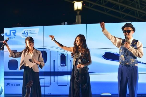 大阪ステーションシティでライブを行う倉木麻衣(中央)。