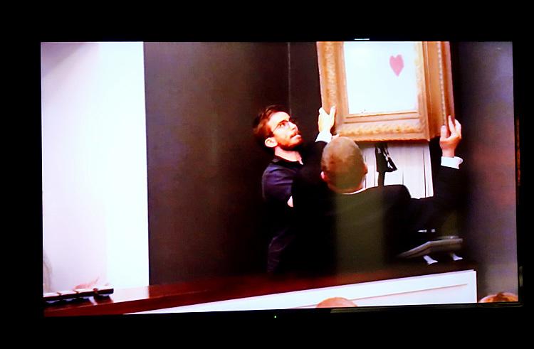 会場では《GIRL WITH BALLOON》がオークションにかけられた際の映像を見ることができる。