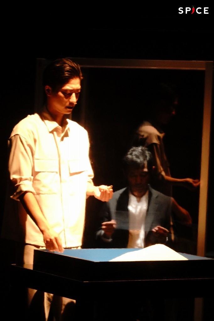 舞台『YARNS』ゲネプロより (左から)鈴木裕樹、中村まこと 撮影:岩田えり