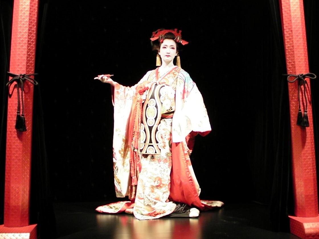 特設ミニシアターで舞う花魁。 公演は、13:00、15:00、17:00の1日3公演を予定。