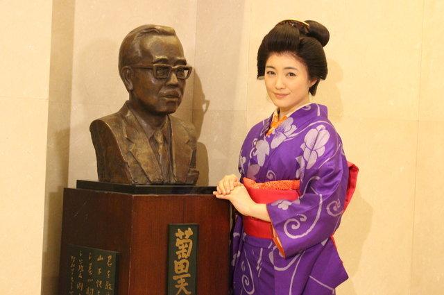 菊田一夫像の前で仲間由紀恵