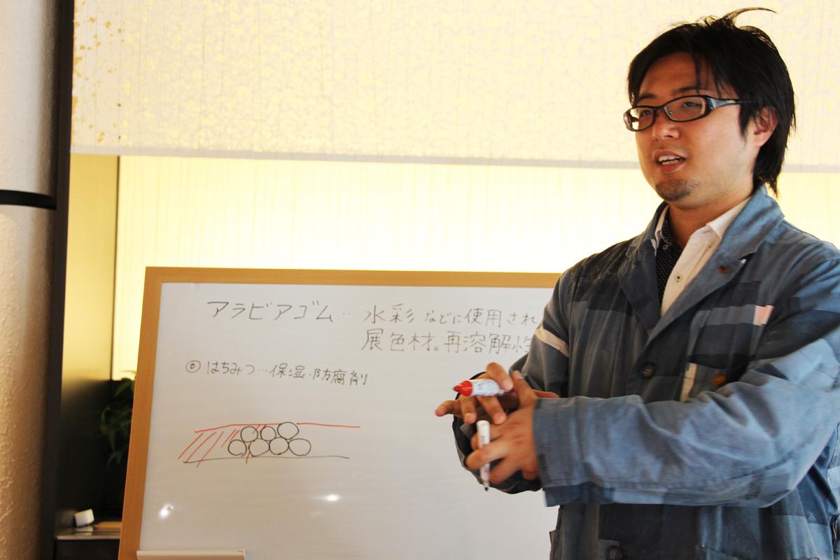 化学の授業のような場面。絵を描くには理系の知識も必要か。