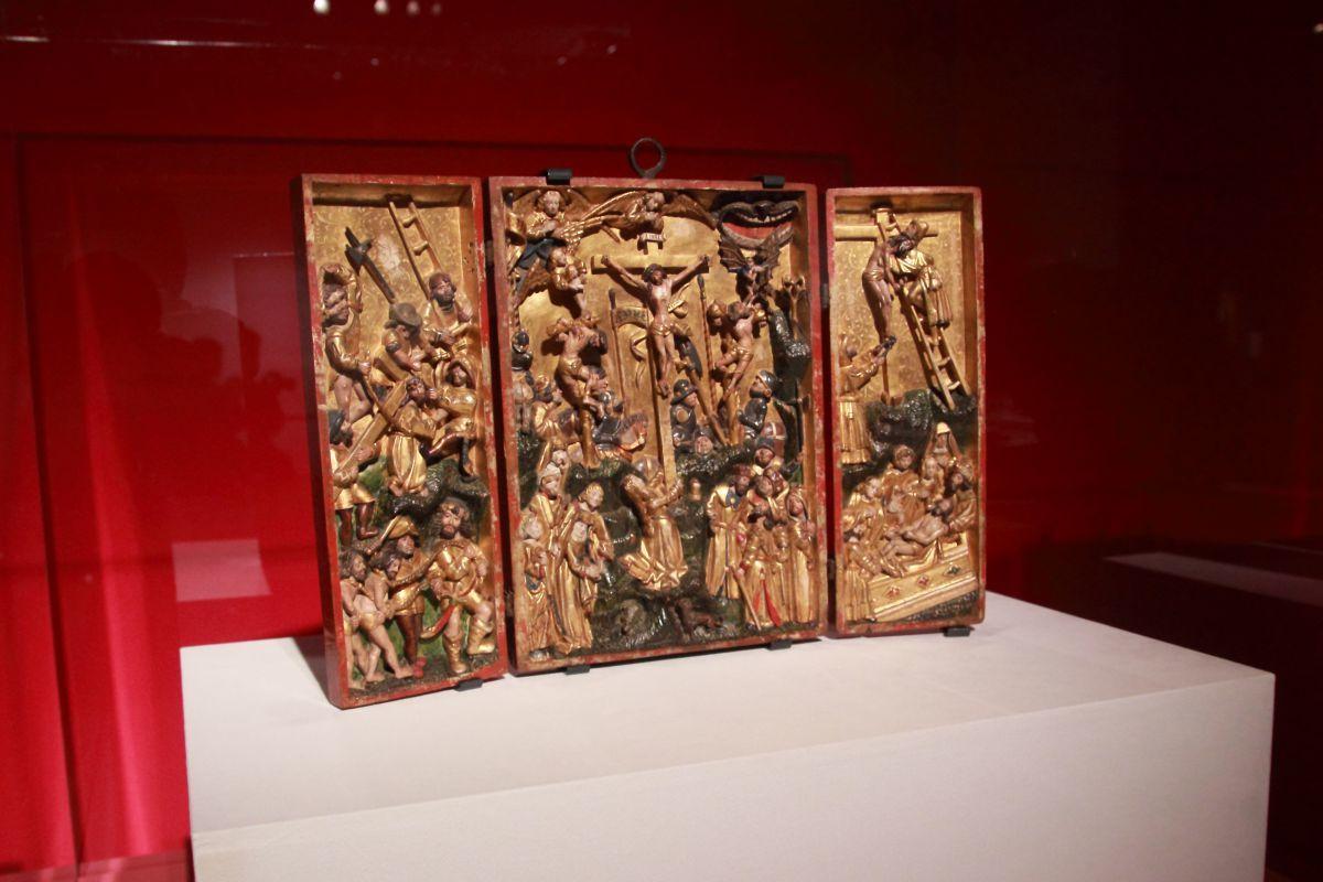 作者不詳《十字架を担うキリスト、磔刑、十字架降下、埋葬のある三連祭壇画》1500年頃、胡桃材