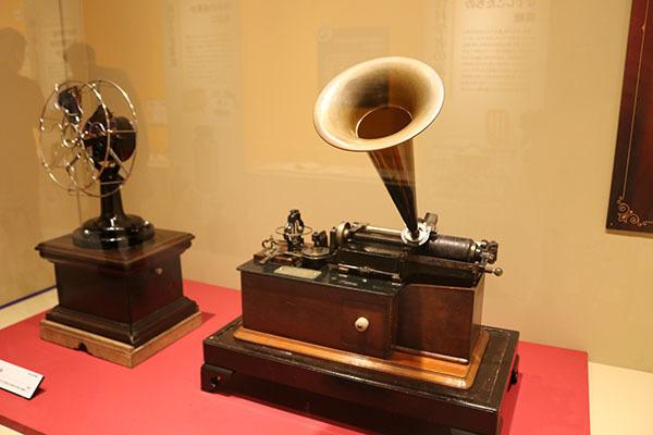 「エジソン クラスM蓄音機」1890年(明治23)年ごろ、国立科学博物館所蔵。エジソンによる初期の商用蓄音機の一つで、吹き込みと消去が可能