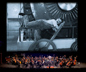 チャップリンの名作『モダン・タイムス』をオーケストラ演奏付きで上映