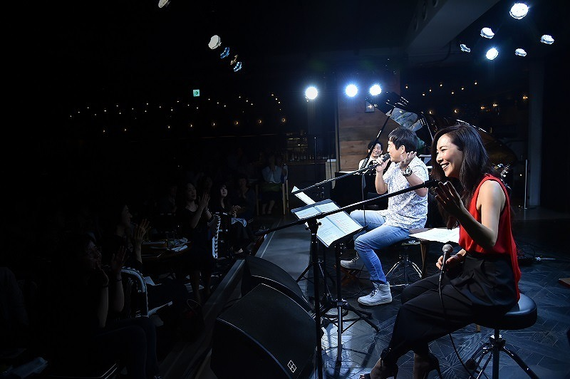 L⇒R:秋田慎治、佐藤竹善、露崎春女 2017.10.3 LIVING ROOM CAFE 撮影=鈴木 恵