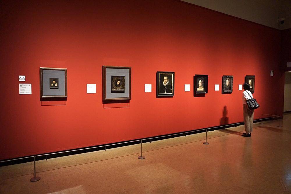 ハプスブルク家一族の肖像画が並ぶ
