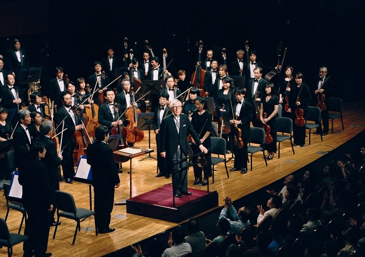 人生最後のブルックナー演奏となった、交響曲第9番のカーテンコール(01.9.24 シンフォニーH) (C)飯島隆