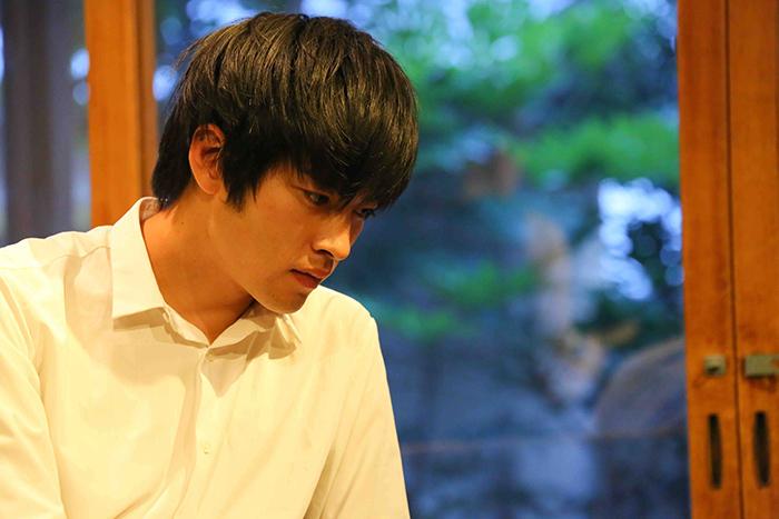 洋子を惑わせる男、「ナオミ」=唐組の若手ホープ 福本雄樹 (写真:宮川舞子)