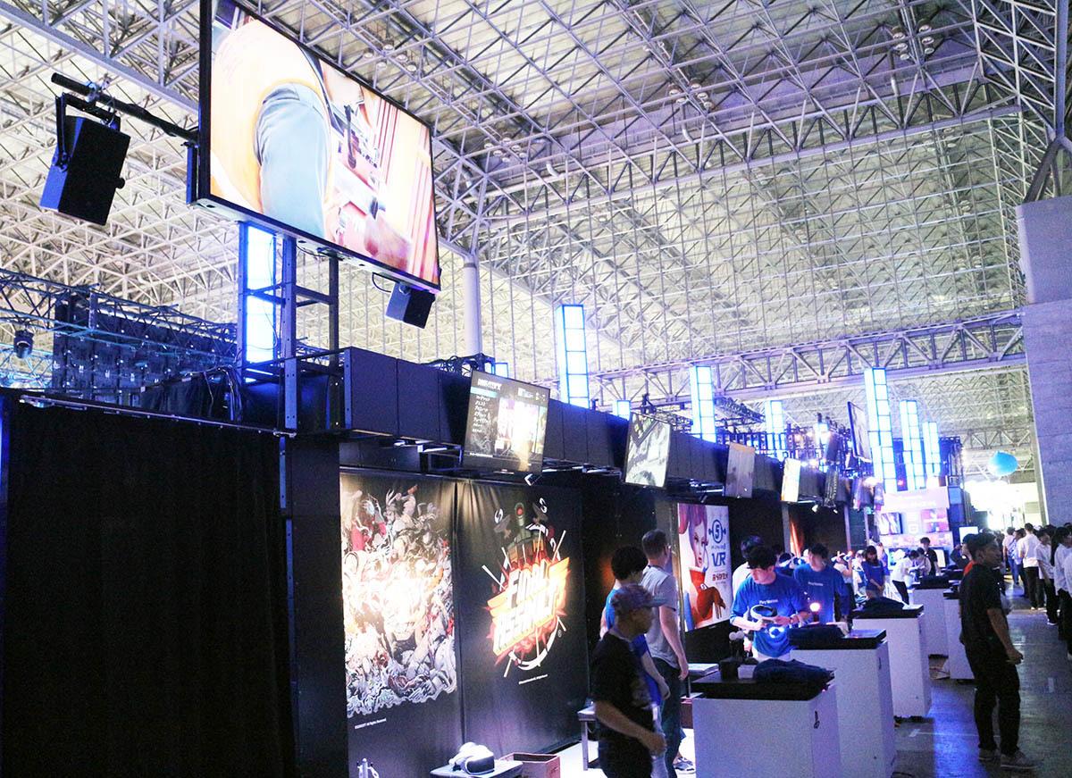 「PlayStation VR」試遊コーナー。やりたいゲームの前に並ぶ/撮影:梅田勝司