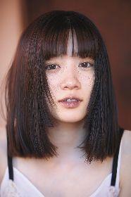 女優・永野芽郁がみずから前髪にハサミを入れる瞬間も 2nd写真集『No cambia』から新たなカットを公開