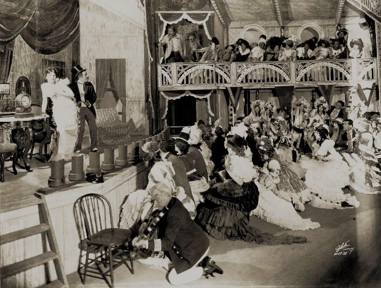 『ショウ・ボート』初演(1927年)より。船の中の舞台で演じられる、劇中劇の場面。