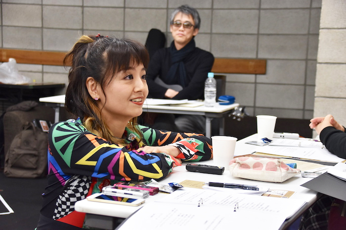 稽古場を見学するライターやカメラマンに話しかける、アビゲイル役の木村花代