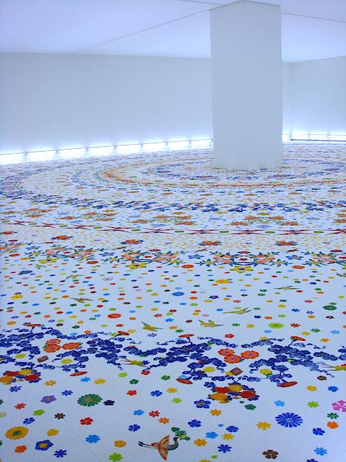 大巻伸嗣《Echoes-Infinityー永遠と一瞬》  3会場で3作品を発表する大巻の作品。「愛知県美術館」10階の大空間を埋め尽くす花や鳥の模様─その迫力と色彩の美しさ、驚くべき立体感は、現場で鑑賞してこそ味わえるもの