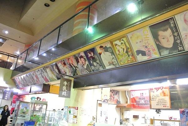 歴代の公演した劇団のポスターがズラリと並ぶ 秋扇さん撮影