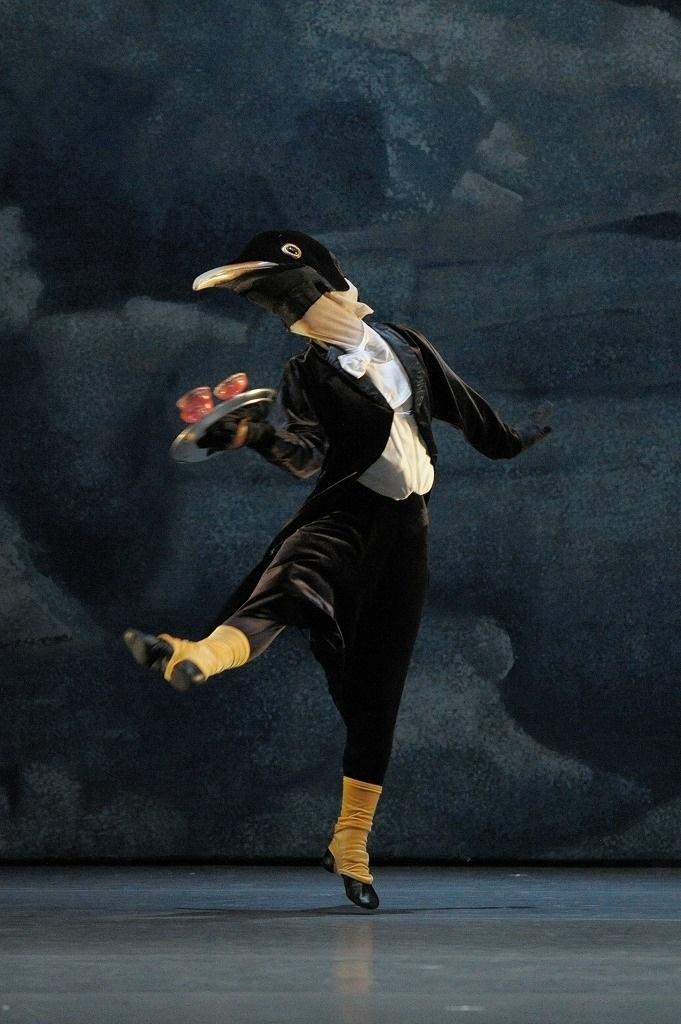「ニューイヤー・バレエ」より『ペンギン・カフェ』   撮影:鹿摩隆司