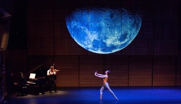 『LUNA』を踊るエルヴェ・モロー (C)Luis Enrique Rivera Cuyar