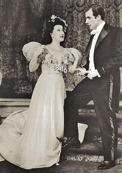 『アニーよ銃をとれ』初演(1946年)の舞台より。アニーを演じたエセル・マーマン(左)と、フランク役のレイ・ミドルトン