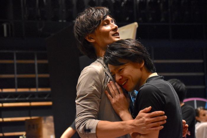 演出の白井晃に「張り合ってみて」と言われ、胸板を突き合わせていたはずなのに、中川晃教が「いい胸...」と加藤和樹に思わず寄り添う様子(笑)