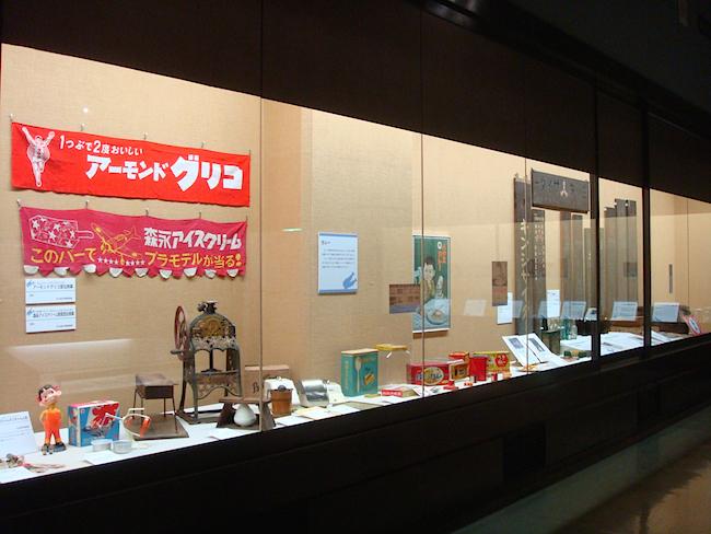 子どものお菓子に関連したアイテムの展示も