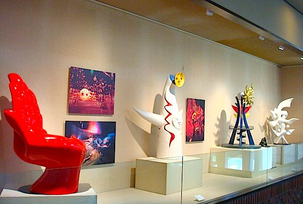 太郎の《手の椅子》や大阪万博のモニュメントなどが展示されたスペースも