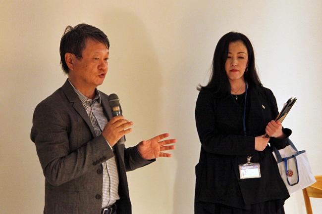 (左より)深澤直人、担当学芸員・岩井美恵子