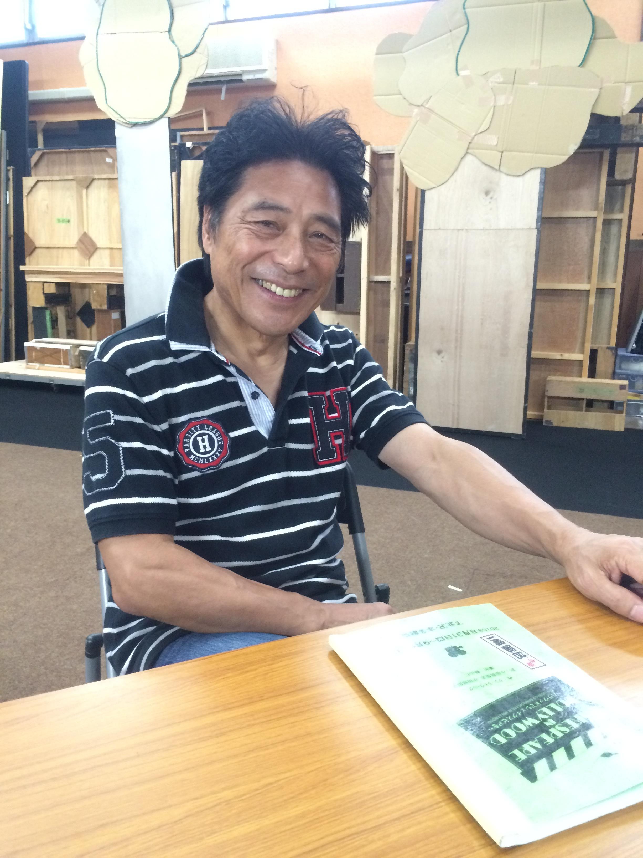 稽古場に組まれたセットの前で語る加藤健一氏。