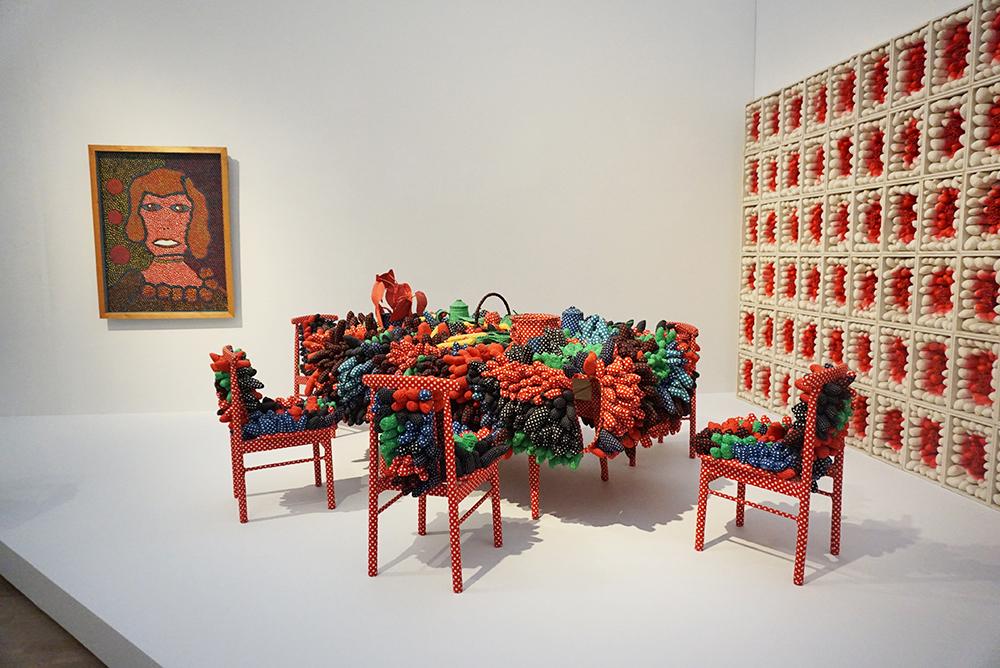草間彌生『最後の晩餐』1981年 ミクストメディア 千葉市美術館 ほか ©YAYOI KUSAMA