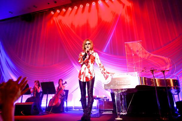 「EVENING with YOSHIKI in Tokyo Japan 2015」8月15日公演でのYOSHIKI。(写真提供:ジャパンミュージックエージェンシー)