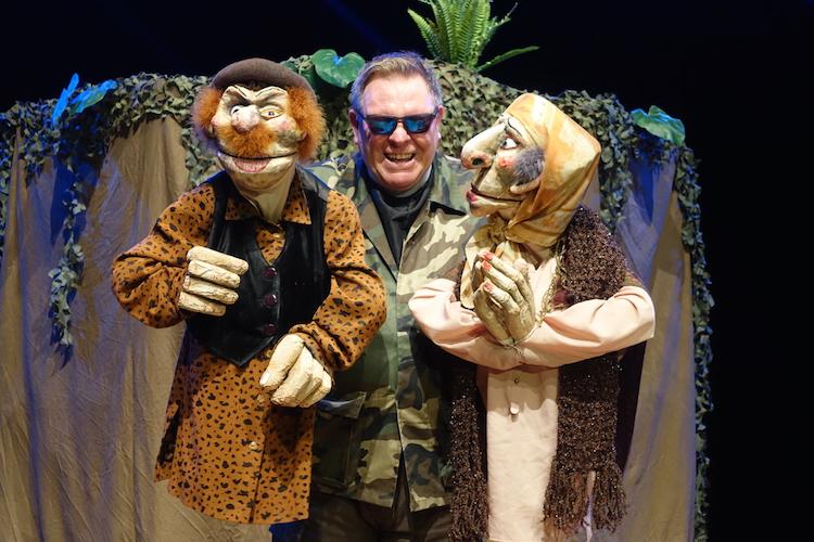 〈Stuffed Puppet Theatre〉を主宰するネヴィル・トランター。『バビロン』上演風景より