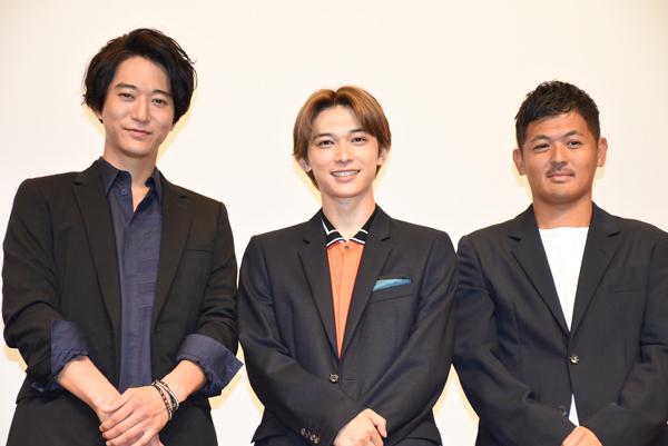左から、吉沢亮、浅香航大、中前勇児監督