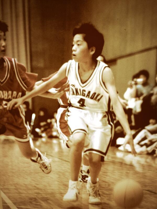 ブレイブサンダースの選手がバスケ少年だった頃の写真が展示される