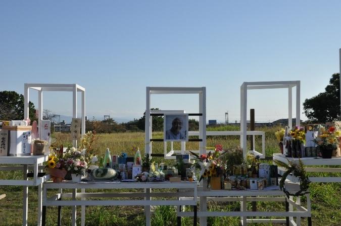 会場に設置された松本雄吉の追悼スペース。数多くの花や酒、アート作品などが並んでいた。 [撮影]吉永美和子