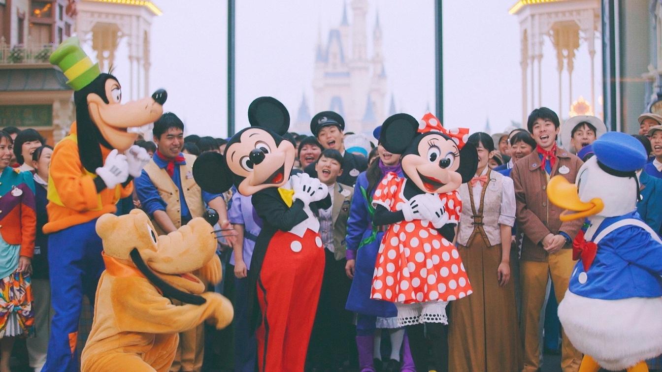 みんなからお祝いされてるミッキーマウス (c)Disney