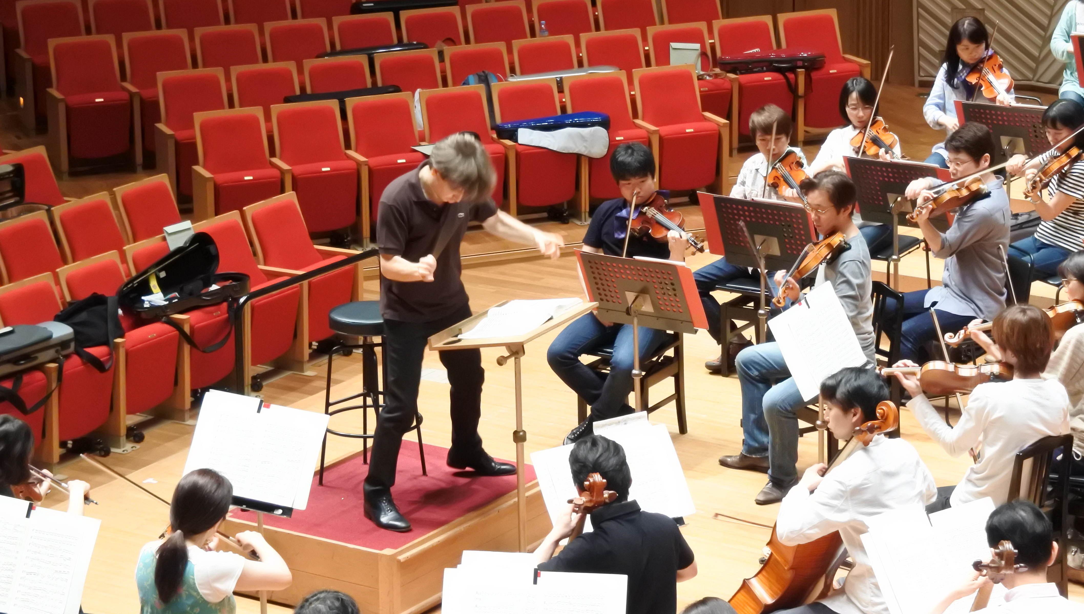 入魂の指揮でオーケストラを導くルスティオーニ