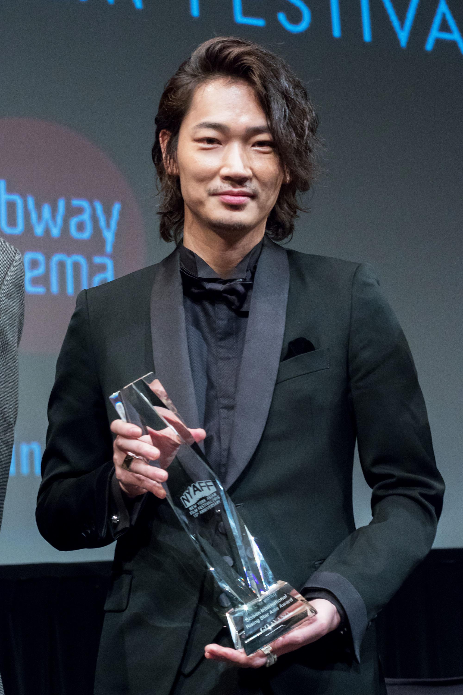 ライジング・スター賞を受賞した綾野剛