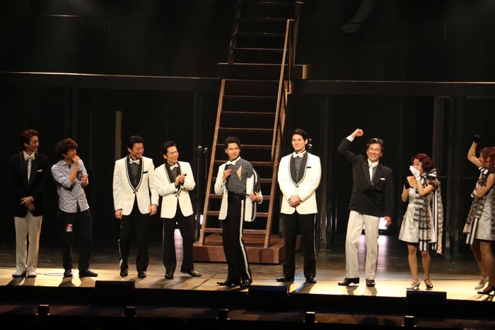 今回の公演時に、阿部裕(右から3番目)に衣装を破られたという伊礼彼方(右から5番目)
