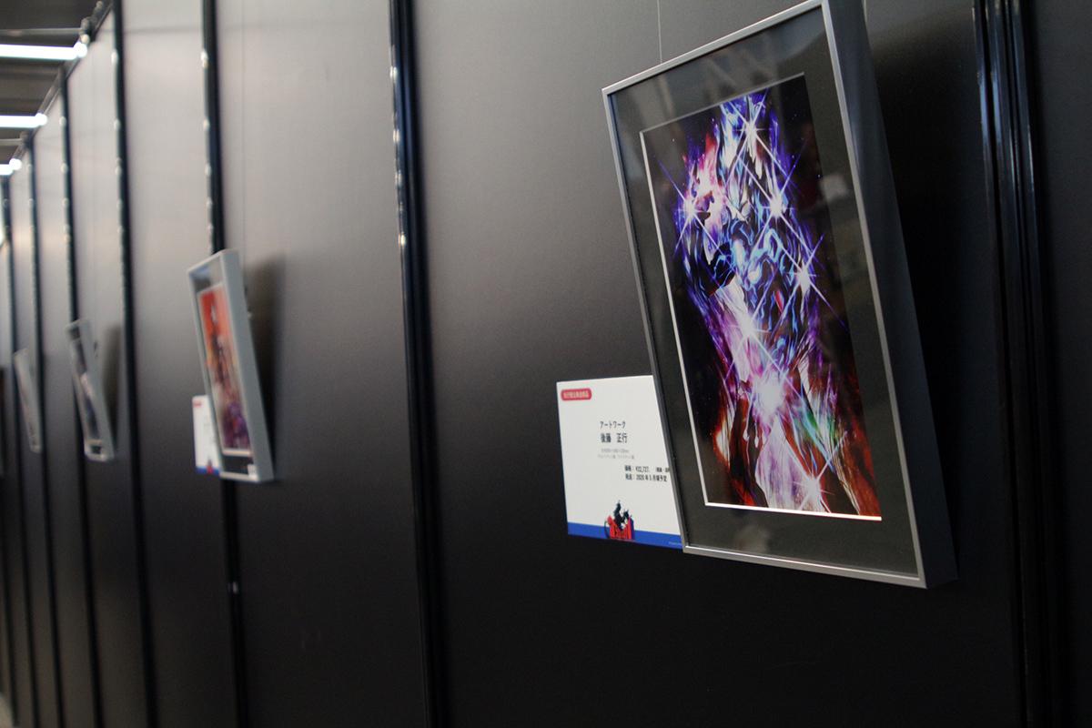 先行受注アートワークが壁面に並ぶ 写真:ウメダカツジ