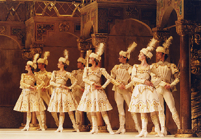 英国ロイヤル・オペラ・ハウス シネマ・シーズン バレエ第1弾はトリプルビル「コンチェルト/エニグマ・ヴァリエーション/ライモンダ 第3幕」