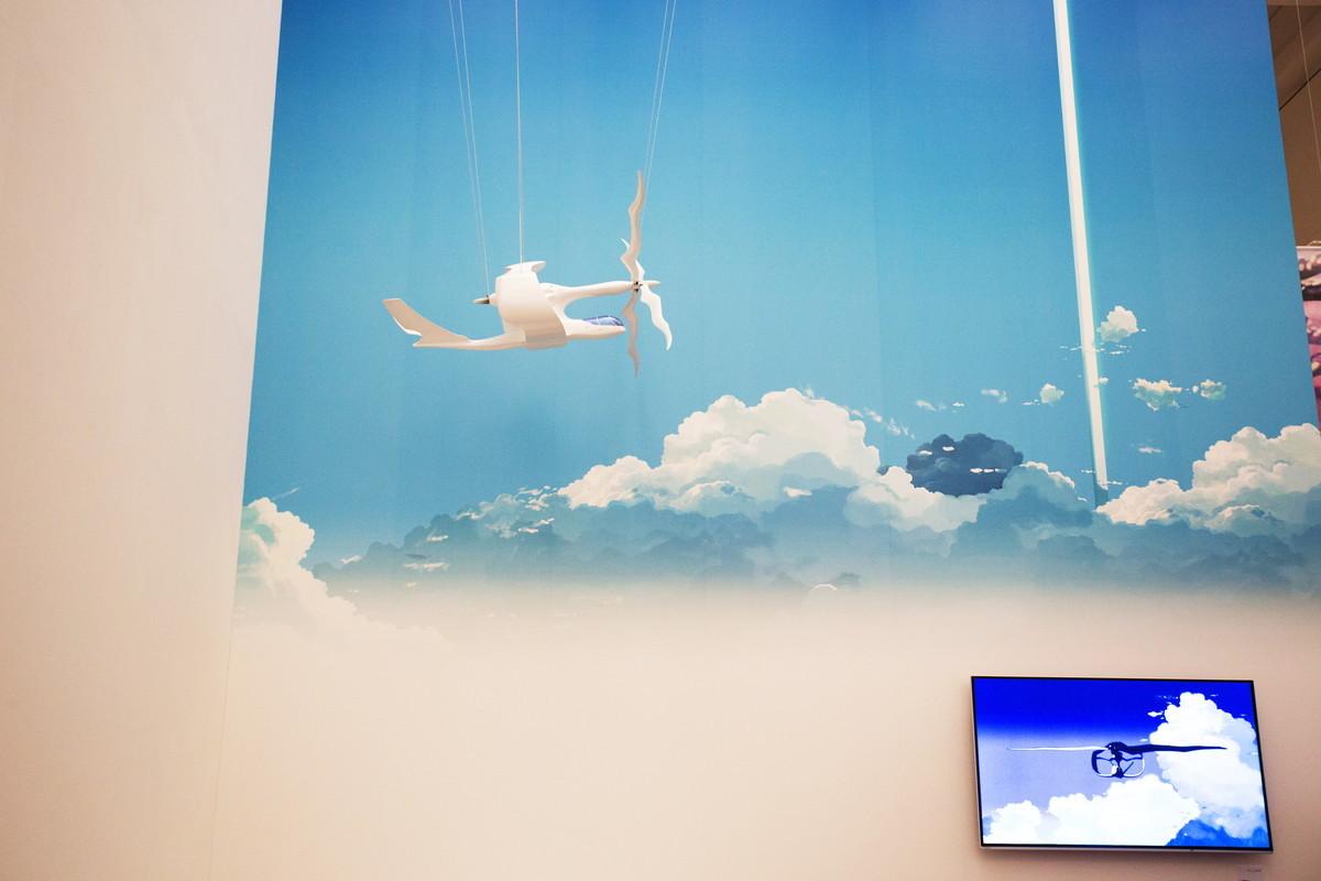 『雲のむこう、約束の場所』に登場する飛行機、ヴェラシーラの模型も展示