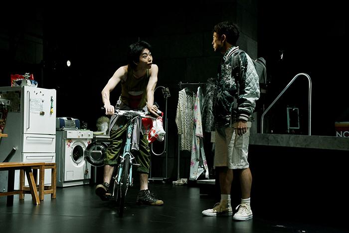 左:柄本時生  右:篠山輝信 (世田谷パブリックシアター『チック』 撮影:細野 晋司)