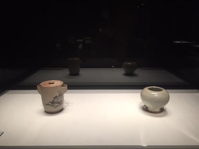 左:銹絵山水図水指 野々村仁清 江戸時代 17世紀 東京国立博物館 右:白釉耳付水指 野々村仁清 江戸時代 17世紀 出光美術館