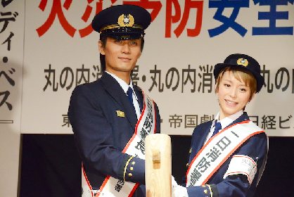 平野綾と加藤和樹が1日消防署長に! 『レディ・ベス』上演中の帝国劇場で餅つきをして安全祈願