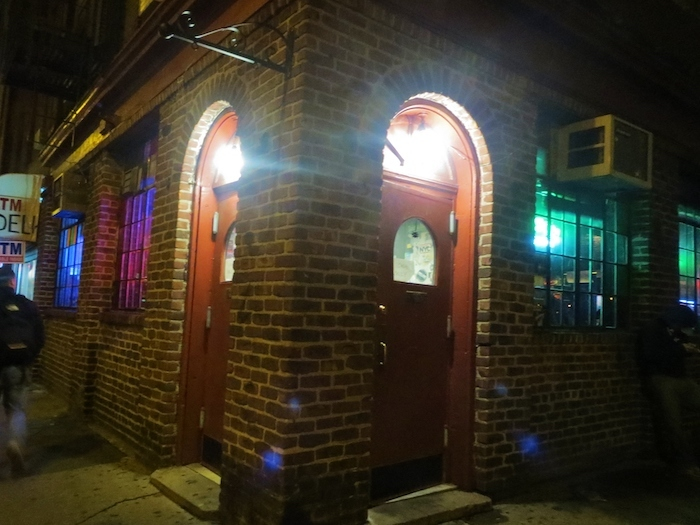 映画で「La Vie Boheme」が歌われるLife Cafeの外観。ニューヨーク旅行時に筆者が撮影。