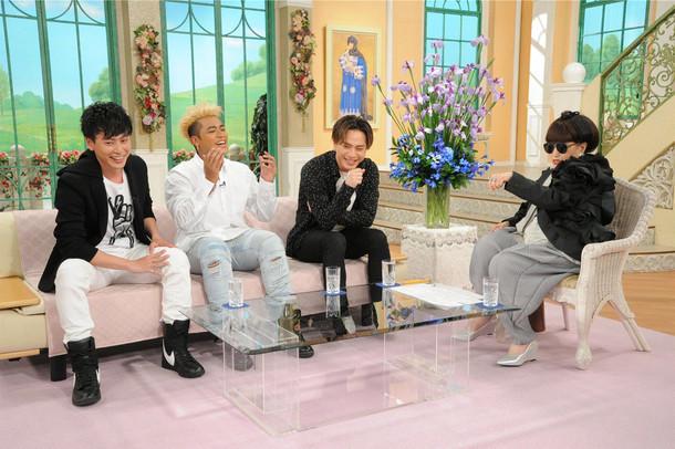 ELLYのサングラスと指輪を借り、ポーズを決める黒柳徹子(写真右)。 (c)テレビ朝日