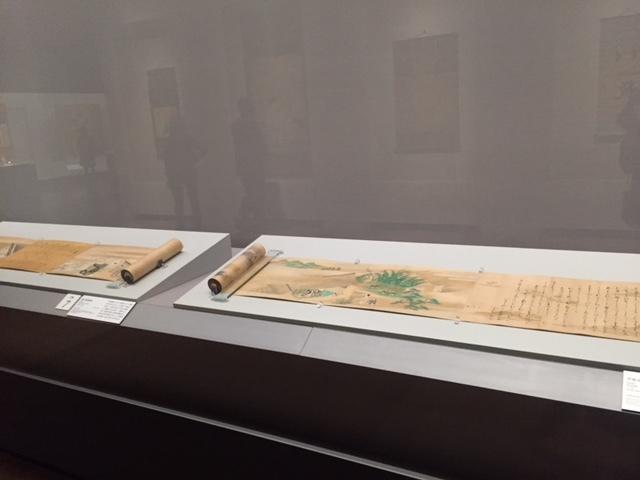 左:源氏物語絵巻 住吉具慶 五巻のうち第二巻 江戸時代 17世紀 MIHO MUSEUM 右:伊勢物語絵巻 住吉如慶 六巻のうち第一巻 江戸時代 17世紀 東京国立博物館